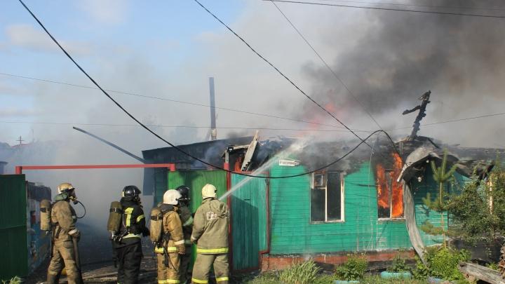 «Горел, как факел»: фоторепортаж с пожара в частном секторе на 9-й Восточной