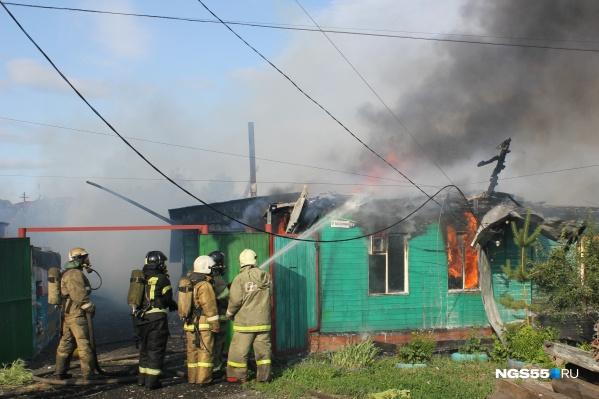 Пожар начался около 17:00