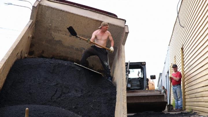 В Ярославле под землю провалился самосвал с асфальтом. Как его вытаскивают: фото с места
