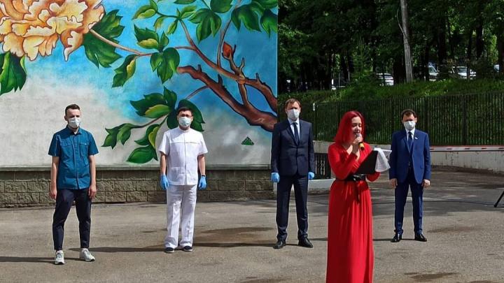 В Уфе граффити на стене больницы открыли с песней. На мероприятие позвали депутата и чиновника