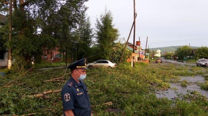 Ночной ураган в крае оставил без электричества 14 тысяч человек