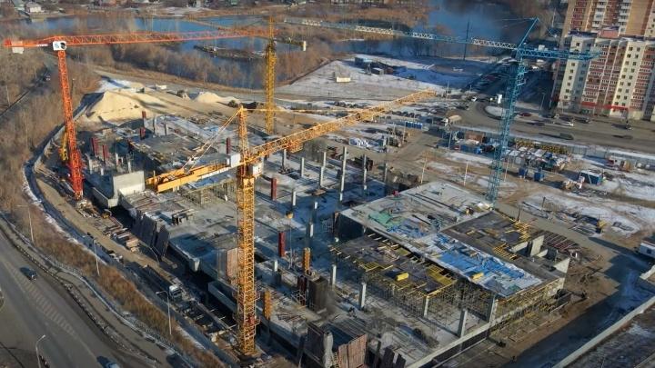 С видом на воду: строители возвели цокольный этаж будущего ТЦ в Волгаре