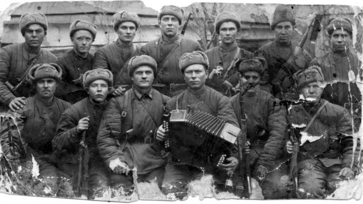 Фронтовой фотоальбом: «Любовь родилась на фронте, бабушка вытащила раненого деда с поля боя»