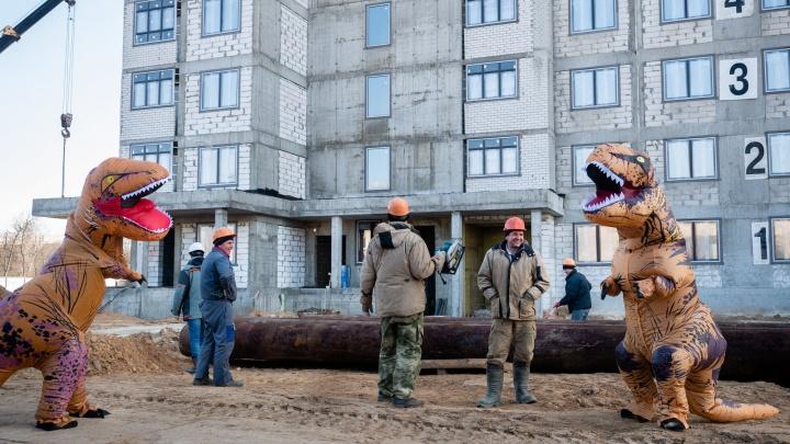 Работают даже тираннозавры: в Нижнем Новгороде застройщик устроил необычную фотосессию