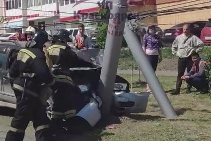 Мертвецки пьяный водитель на «Ниссане» разломил пополам фонарный столб