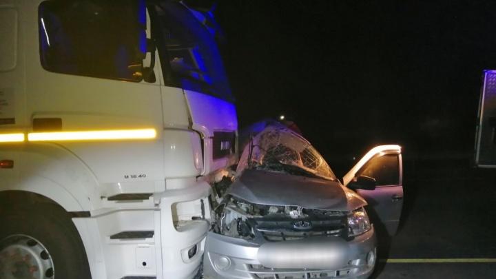 Двое погибли: в Самарской области столкнулись «Гранта» и фура