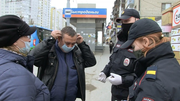 Полицейские раздают на улицах медицинские маски жителям Екатеринбурга