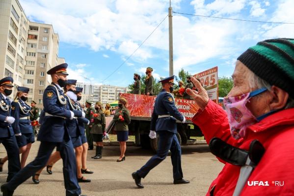 Горожане смогли увидеть парад военных и проезд ретроавтомобилей