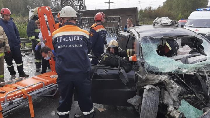 Из авто вытаскивали спасатели: в ДТП с грузовиком на Гагарина пострадали четыре человека