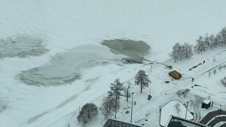 Екатеринбуржцы сняли на фото, как в Городской пруд сливают подозрительную жидкость