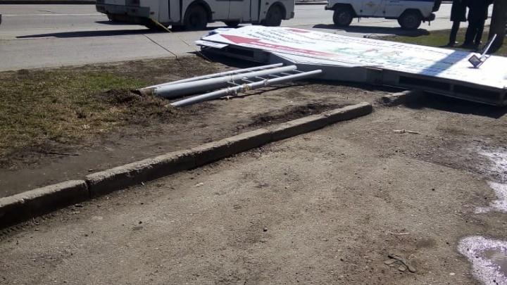 В Уфе упал рекламный щит и насмерть раздавил женщину