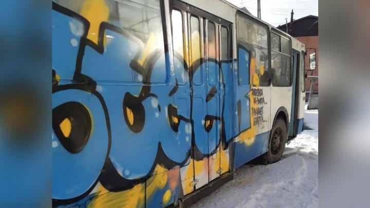 Перевозчики назвали места Екатеринбурга, где хулиганы часто портят автобусы, троллейбусы и трамваи