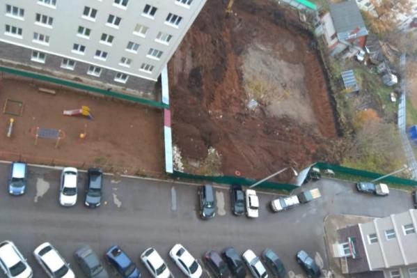 Жители просят засыпать котлован и сделать на его месте детскую площадку