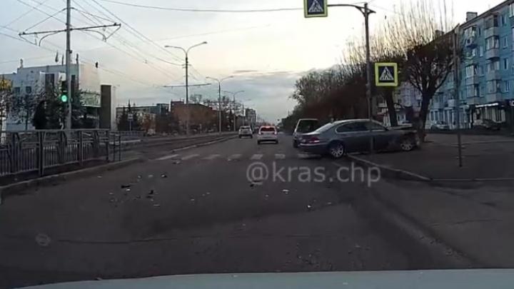 Водитель BMW устроил аварию и попытался скрыться дворами. В погоню за ним пустился очевидец
