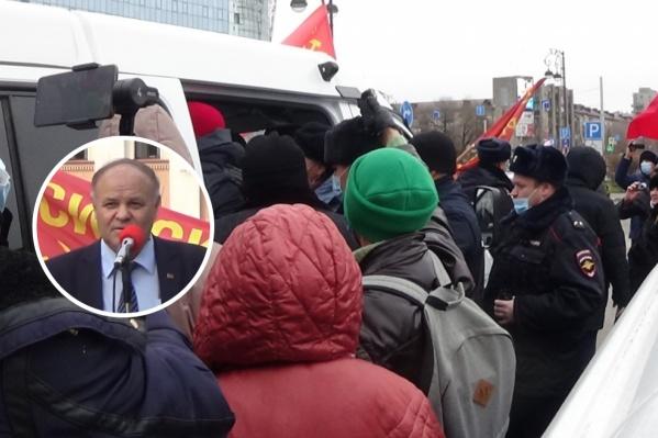 Акция в честь годовщины Октябрьской революции началась с задержаний