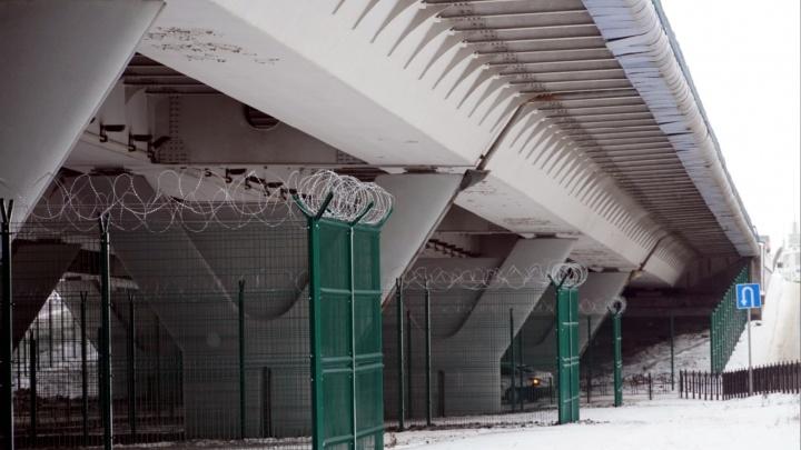 Опоры метромоста обнесли колючей проволокой: на охрану уйдет 60 миллионов