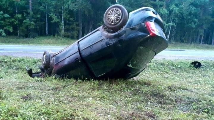 В Вельском районе перевернулся автомобиль. Водитель бросил пострадавшего пассажира и скрылся
