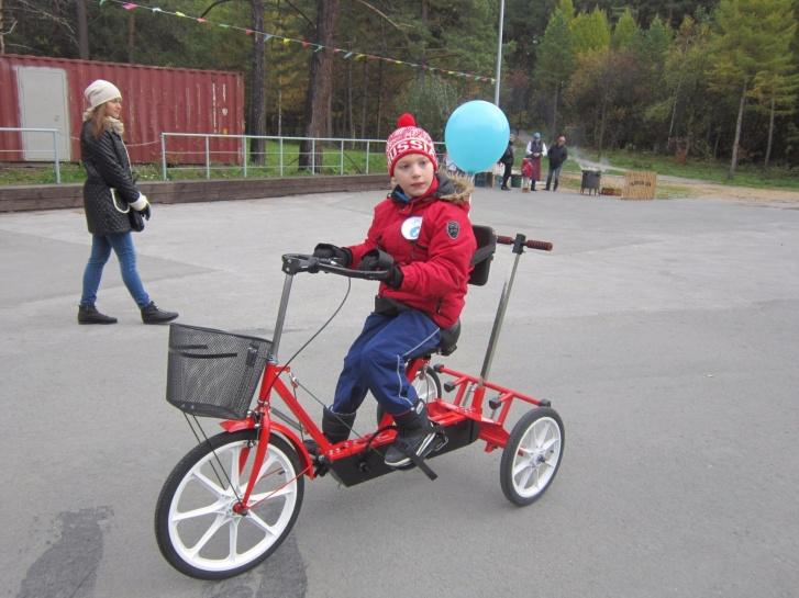 Такой трехколесный велосипед Матвею уже неинтересен, он твердо решил освоить двухколесный