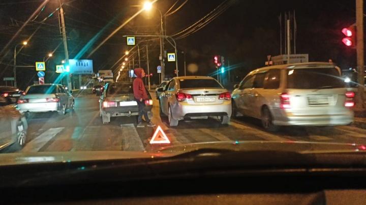 Там и повреждений-то нет: столкновение двух легковушек собирает пробку на проспекте Ленина