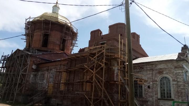Вопреки коронавирусу: в уральском городе прихожане сами восстанавливают храм, где раньше был хлебозавод