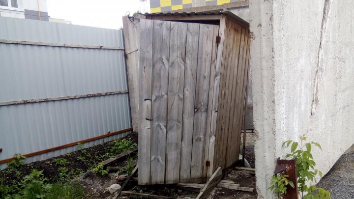 «Позор Уфы»: водителя возмутил внешний вид штрафстоянки с деревянными туалетами и бараком, где сидят гаишники