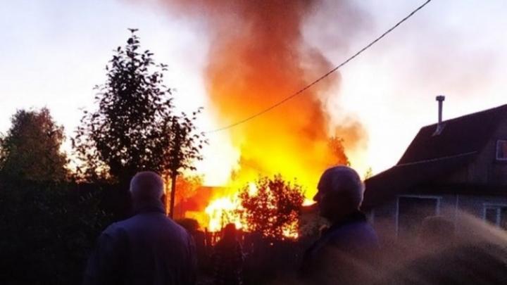 Под Архангельском сгорели дачный дом и баня