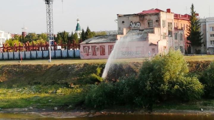 На берегу Оми возле бывшей ТЭЦ-1 из-под земли забил фонтан
