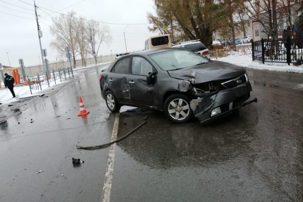 В аварии пострадали только автомобили и шлагбаум