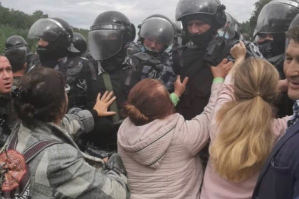 Силовикам в лагере экоактивистов противостояли бабушки
