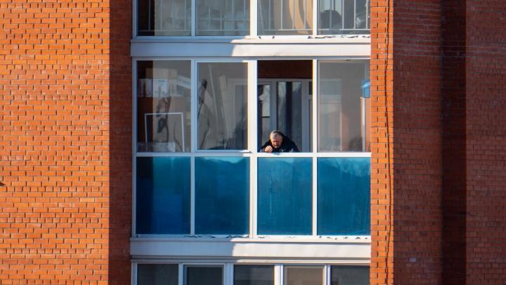 Жителям подъезда многоэтажки запретили выходить из квартир. В их доме жил ребёнок с коронавирусом