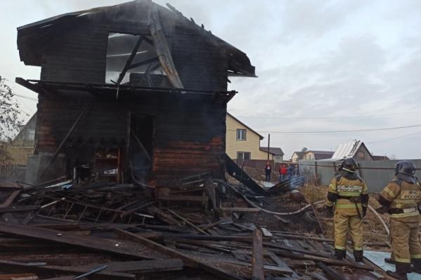 Пожар в частном доме случился ранним утром. В результате этого погибли четверо маленьких детей. Следователи разбираются в причинах трагедии