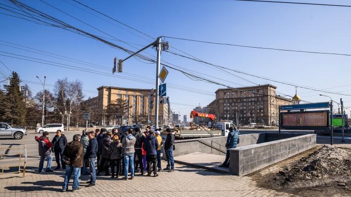 Торговцы из перехода на Красном проспекте попросили мэрию помочь им с работой — их выгнали из-за ремонта