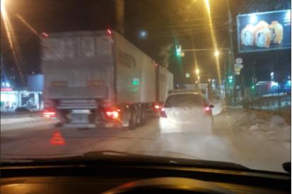 На Большевистской в сторону центра Новосибирска собралась гигантская пробка из-за ДТП с фурой