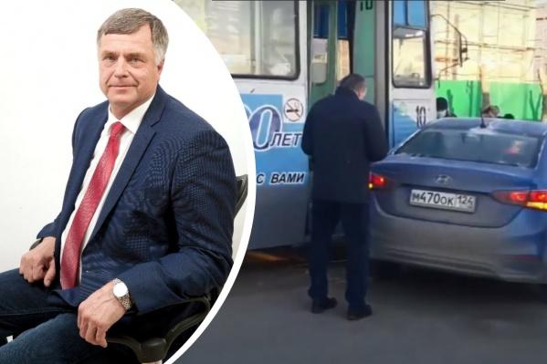 Чиновник не пропустил трамвай в центре города