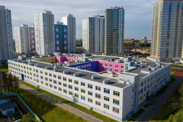 Строительство школы на Татищева, 7, завершили еще несколько месяцев назад, но она до сих пор пустует