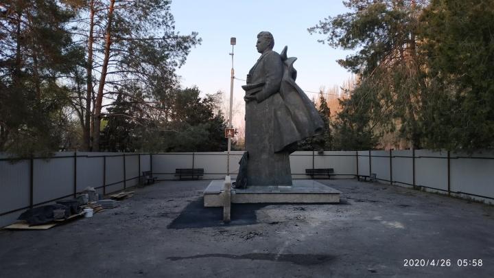 «Задание получили, а про документы забыли»: памятник Чуйкову в центре Волгограда ремонтируют без разрешения