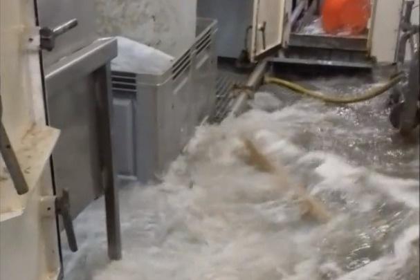 Еще до трагедии работник судна «Онега» записал видео и показал, как во время шторма отказали насосы