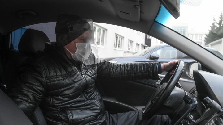 Это тоже перегородка: таксистам и пассажирам предложили носить антиковидные экраны для лица