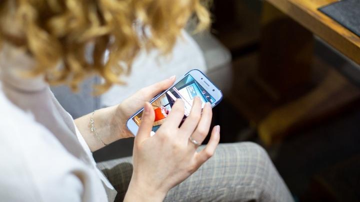 Знакомства, штрафы и онлайн-игры: Tele2 узнал, как в регионах тратят деньги через мобильные приложения
