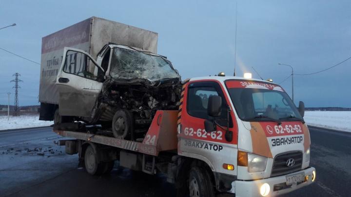 Под Тюменью водитель «Газели» уснул за рулем и врезался в трактор дорожной службы