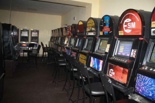 Во время следствия полиция опечатала зал с игровыми автоматами, но организаторы казино вскрыли его и попытались вывезти технику