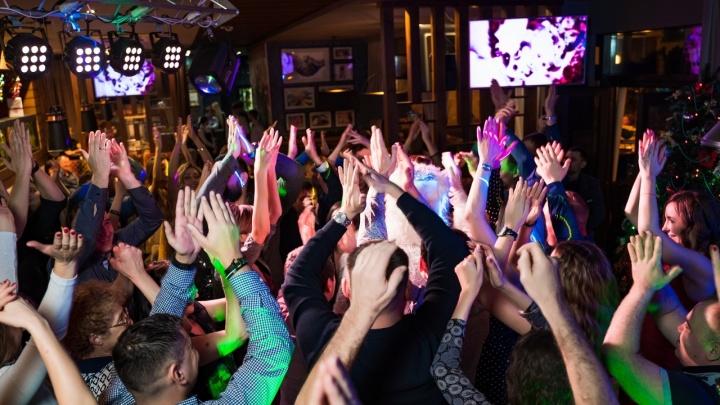 Живая музыка, необычные блюда и танцы: рестораны решили устроить веселые корпоративы