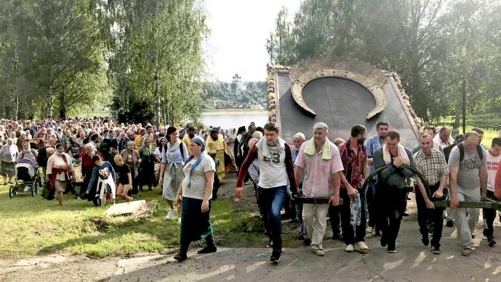 «Это их личное дело»: в Тутаеве во время пандемии на крестный ход пришли сотни людей