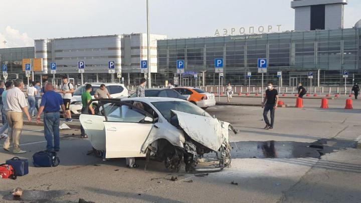 У Кольцово Volkswagen вылетел с дороги на парковку аэропорта