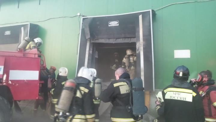 «Из всех щелей валит дым»: пожарные несколько часов искали очаг возгорания на горящем складе на Шарташе