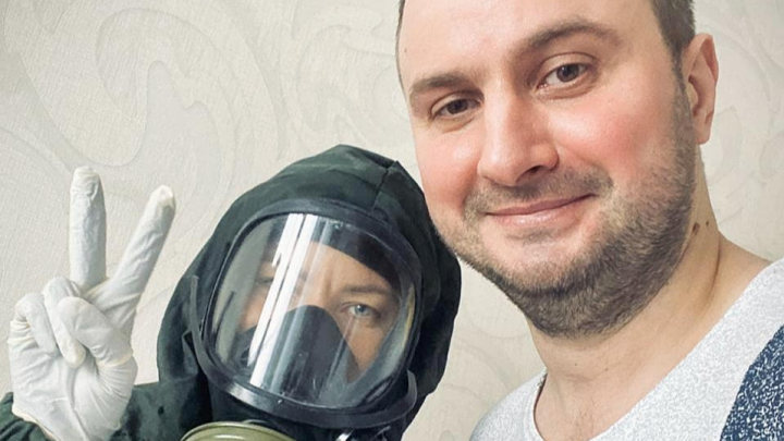 «Нигде не были, настояли на анализе»: ведущий из Красноярска рассказал о коронавирусе у своей жены