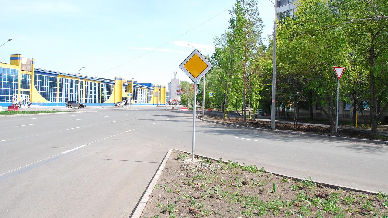 А тут ещё выезд со второстепенной дороги (от АМЗ), который добавляет ещё две полосы трафика