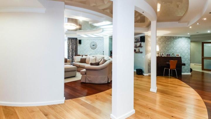 Круглый зал, тренажеры и зимний сад: в Тюмени за 27 млн продают шикарную квартиру (там семь комнат!)