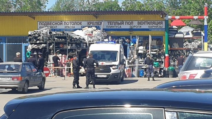 На Новомосковском рынке устроили перестрелку: полиция выставила оцепление, приехали следователи