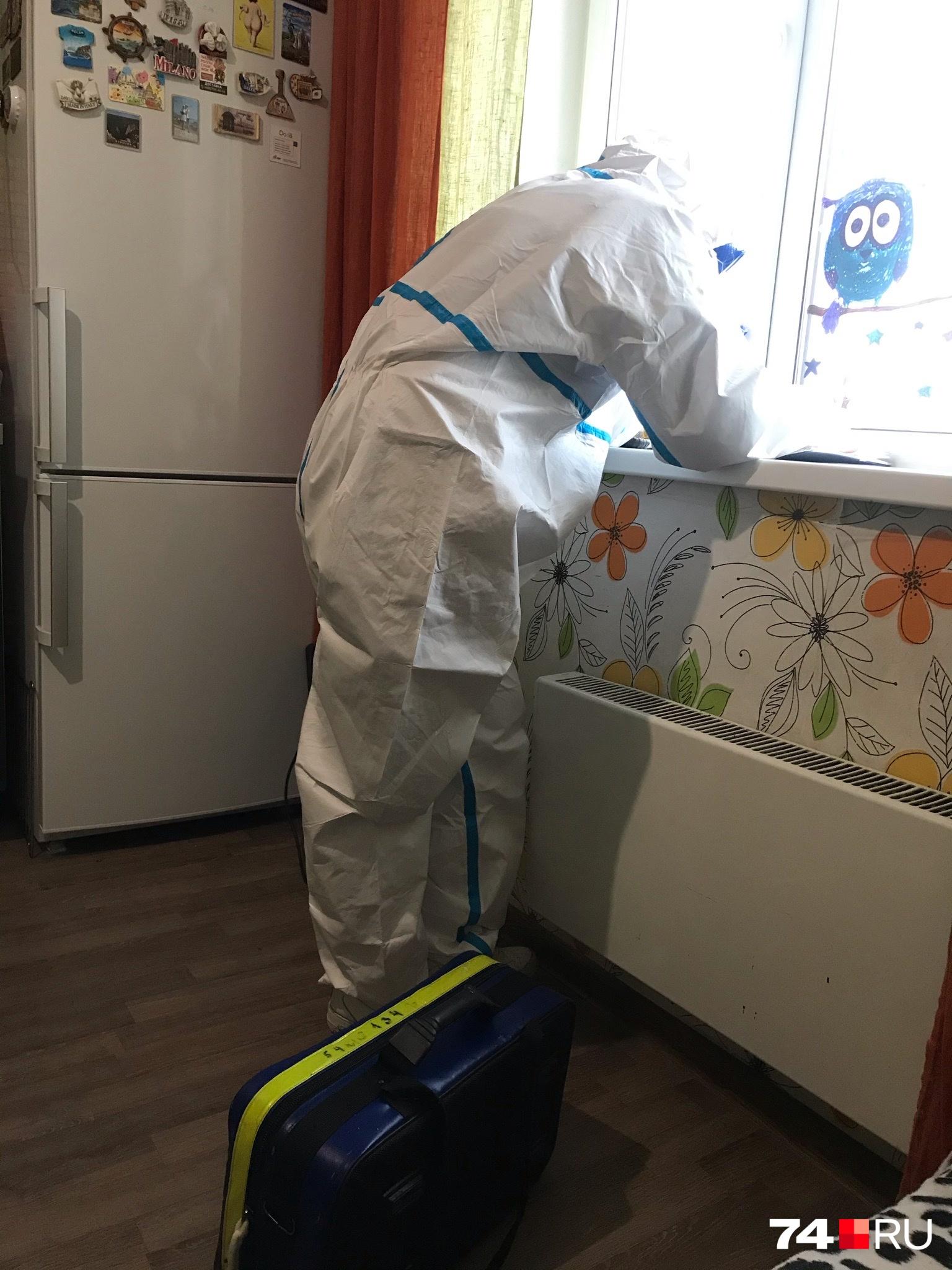 В Москве участковые терапевты приходят на вызов к пациентам в таких защитных костюмах